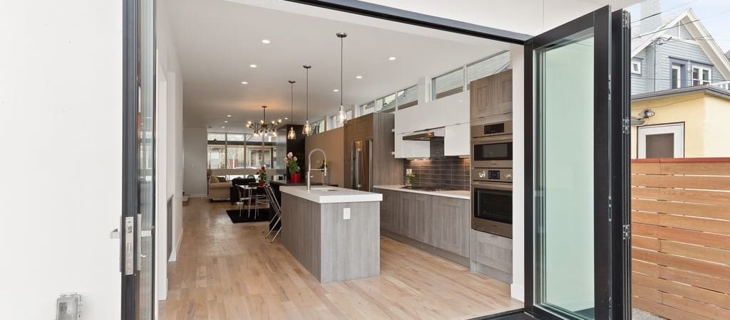Denver-ModernArchitecture-Emerson-AccordionDoors-Patio-Kitchen-1024x450.jpg